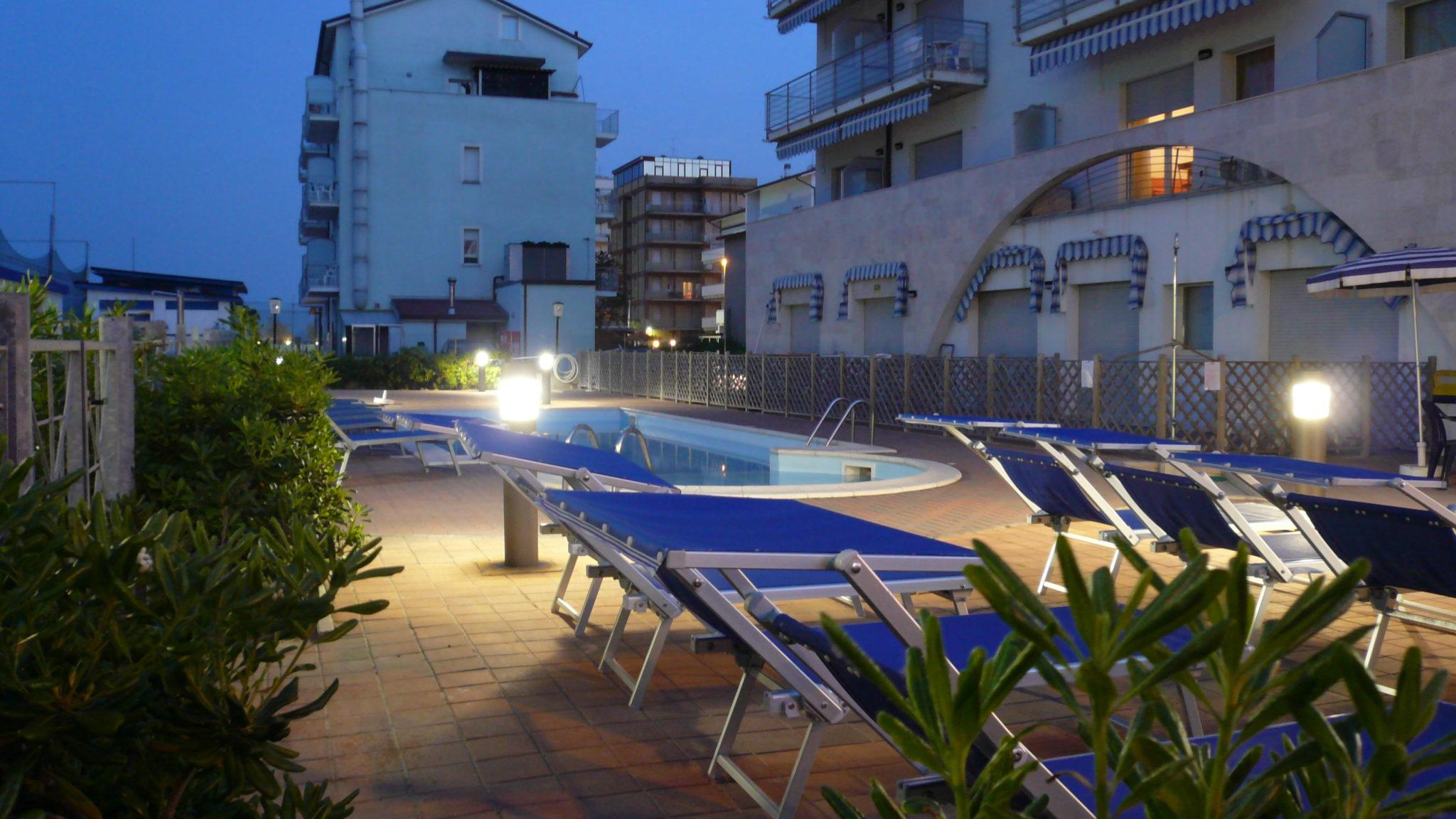 Residence moderno 3 stelle a milano marittima con piscina - Residence rimini con piscina ...