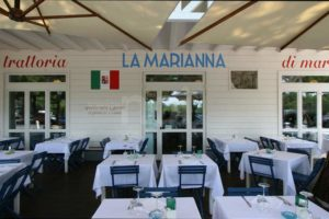 tavoli all'aperto della Trattoria La Marianna a Rimini